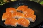 Дидье Коли обжаривает кусочки лосося