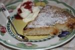 Лионский яблочный пирог со взбитыми сливками и сливовым джемом