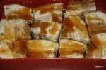 Нарезанную на куски толщиной 2,5 см грудинку поливаем соусом терияки