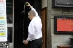 Официант в уличном кафе разливает сидр. Овьедо, Астурия