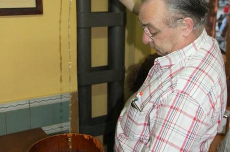 Рамон разливает сидр. Casa Ramon, Овьедо, Астуриас
