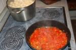 Делаем томатный соус и варим нуди