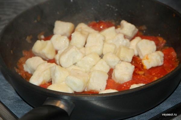 Готовые нуди соединяем с томатным соусом