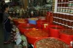 Разнообразие вьетнамских пикулей на рынке в Дананге