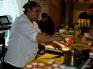 Чилийский шеф-повар Пабло Гонсалес готовит касуэлу