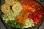 Овощные ингредиенты касуэлы: кукуруза, тыква, помидор, болгарский перец, морковь, сельдерей, лук порей