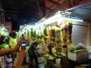 В Маленькой Индии Куала-Лумпура уличные рынки украшены гирляндами в канун индуистского праздника