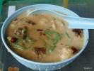 Популярный сладкий десерт: зеленая лапша с красной фасолью и кокосовым молоком с пальмовым сиропом на льду