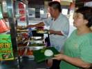 Уличная станция готовит наси лемак с разными начинками