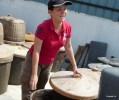 Китаянка Йи сделала свою часть работы по производству соевого соуса; остальное за нее сделает тропическое солнце