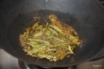 В горячем растительном масле обжариваем семена горчицы, кумина и листья карри