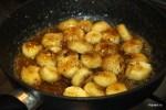 Обжариваем кусочки бананов в карамелизированном сахаре