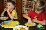 Младший внук Даня (слева) съел пять роти джала с бананами и нутеллой