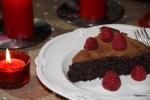Новогодний шоколадный торт с малиной