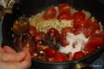 Половину помидоров черри готовим с луком и чесноком