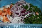 Добавляем красный салатный лук