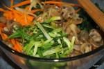 Слегка обжаренные овощи и мясо смешиваем с лапшой