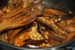 Обжариваем баклажаны с фаршем и имбирем