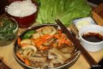 Классическое корейское блюдо самгёпсаль: жареная свиная грудинка с овощами
