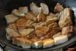 Обжариваем кусочки свинины в каремели