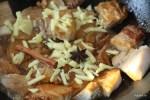 К обжаренным кусочкам добавляем имбирь, бадьян и палочку корицы