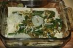 На листы лазаньи выкладываем песто, бешамель, картофель, зеленую фасоль и пармезан