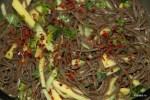 Собу, манго, огурец и травы посыпаем хлопьями красного перца
