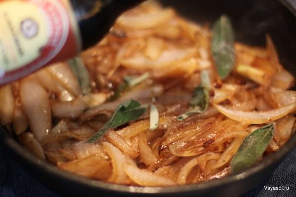 Добавляем листья шалфея и сладкий Kikkoman в карамелизирующийся лук