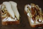 Выкладываем на хлеб запеченный пастернак и куски груши