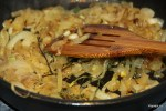 Обжариваем лук с веточками тимьяна
