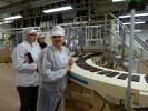 Подойти к конвейерной линии шоколада можно только в таком стерильном облачении