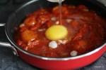 Добавляем в соус сырое яйцо