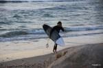 Тель-авивские серфингисты выходят из моря после заката
