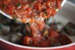 Смешиваем фрикадельки с томатным соусом