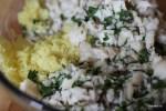 Смешиваем протертый картофель с треской и петрушкой