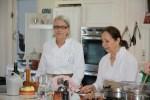 Дарина Аллен, владелица кулинарной школы Баллималое (слева) ассистирует Клаудии Роден на ее мастер-классе