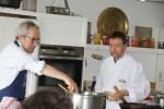 Рори О'Коннелл, основатель кулинарной школы Баллималое, ассистирует Дэвиду Томпсону