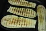 Обжариваем пласты баклажанов на сковороде