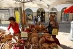 Посуда из оливкового дерева на рынке в Провансе
