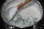 В уваренные на 1/3 сливки добавляем бланшированную петрушку