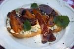 Тартин с рикотой, абрикосами и хамоном