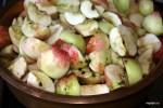 Яблоки нарезаем четвертинками