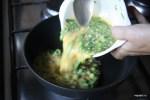 Выливаем смесь в горячую сковороду