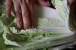 Натираем солью каждый лист китайского салата