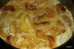 Яблоки в яичной смеси должны провести на сковороде не более двух минут, чтобы яйца схватились на дне