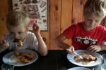 Вот это - по нашему: внуки уплетают голландский блин с яблоками