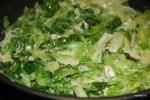 Соки салата и сыр смешиваются