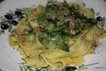 Паста с синим сыром, салатом и орехами