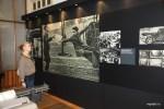Уличная сценка в Лиссабоне времен войны: мальчишка-газетчик на трамвае