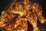 Обваленную в специях курицу обжариваем в растительном масле